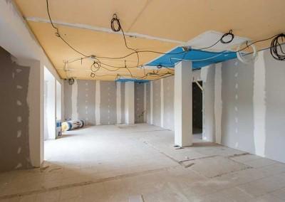 Pièce avec plaques de plâtre terminées et faux plafond