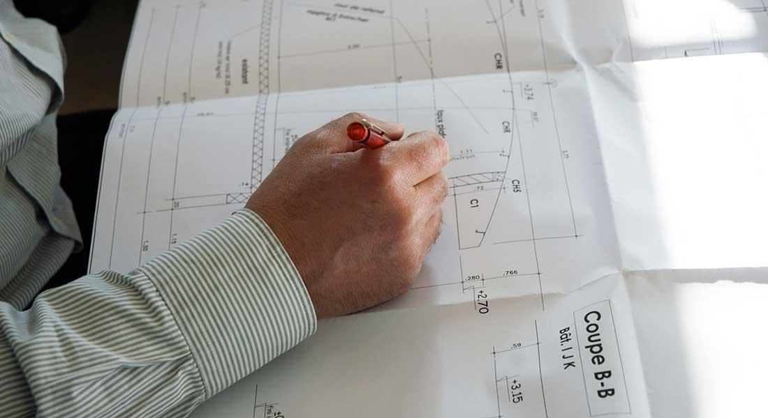 Plan d'architecte sur bureau